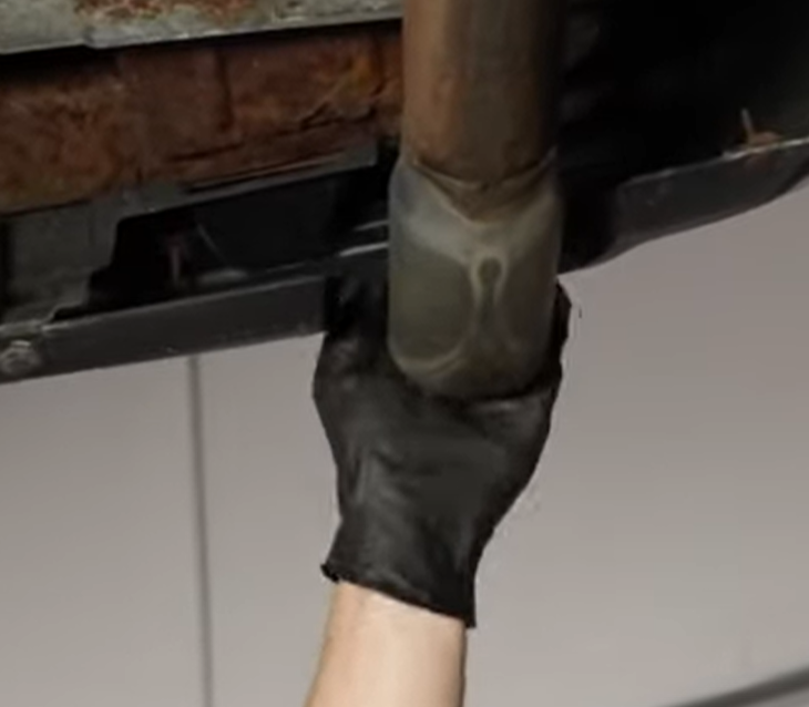 Mechanic feeling for pressure on an exhaust pipe