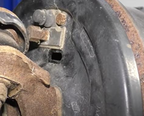 Door for adjusting the drum brakes